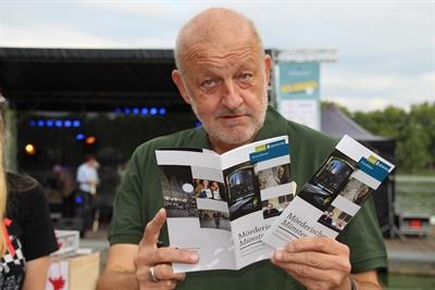 Auch er interessiert sich für den Krimiführer: Leonard Lansink alias Georg Wilsberg. - Foto: Silvia Dupin